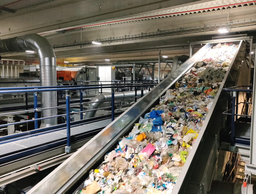 Conveyor belt with plastic waste